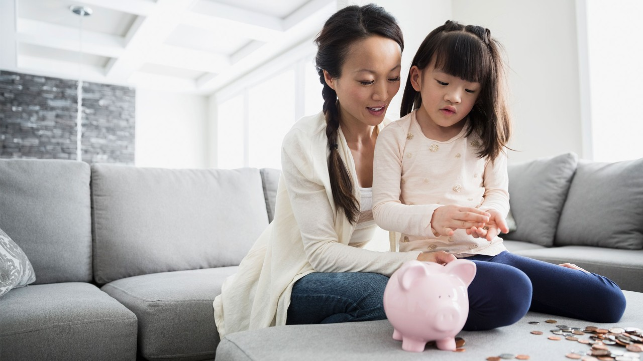 mother with daughter money pig